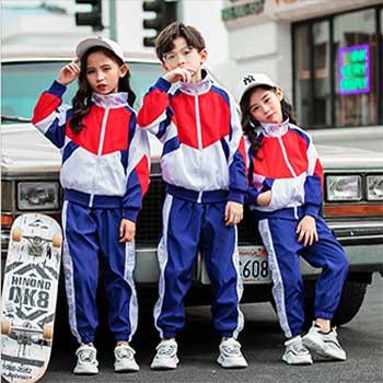 运动型校服  色泽鲜艳  孩子们喜欢